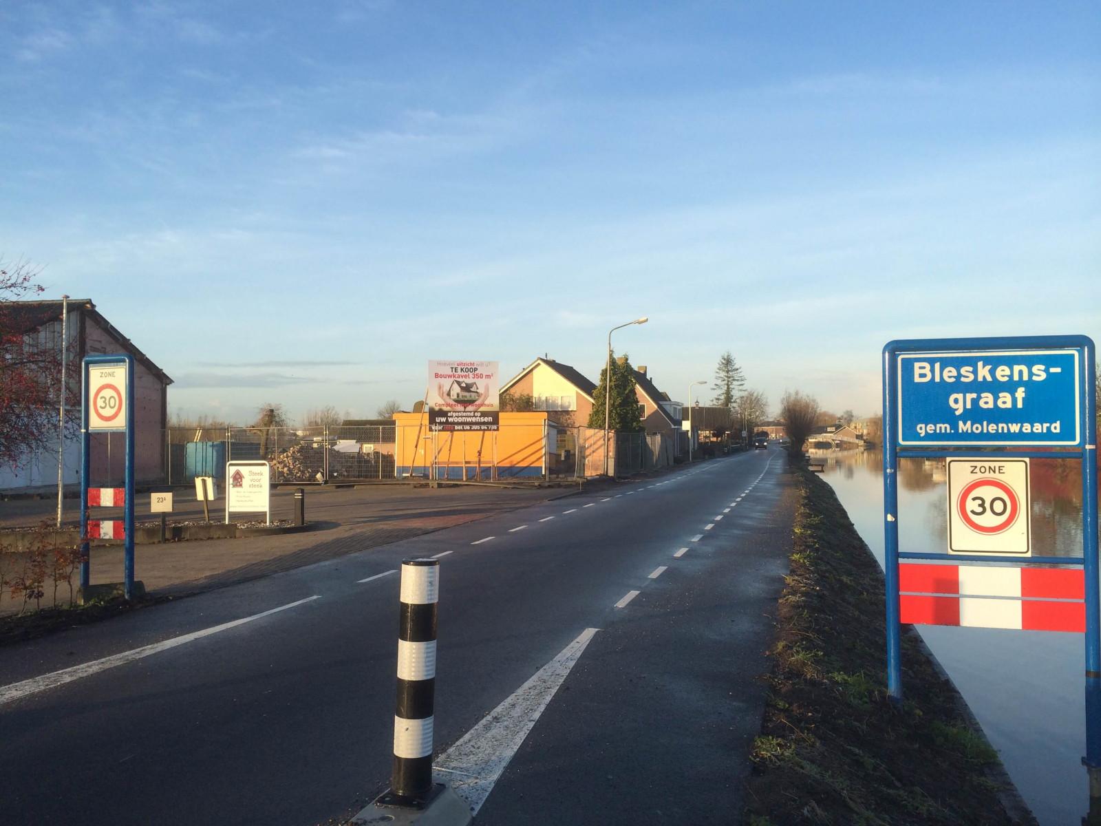 nieuwbouw woningen Hofwegen 25 a en B straatbord Bleskensgraaf